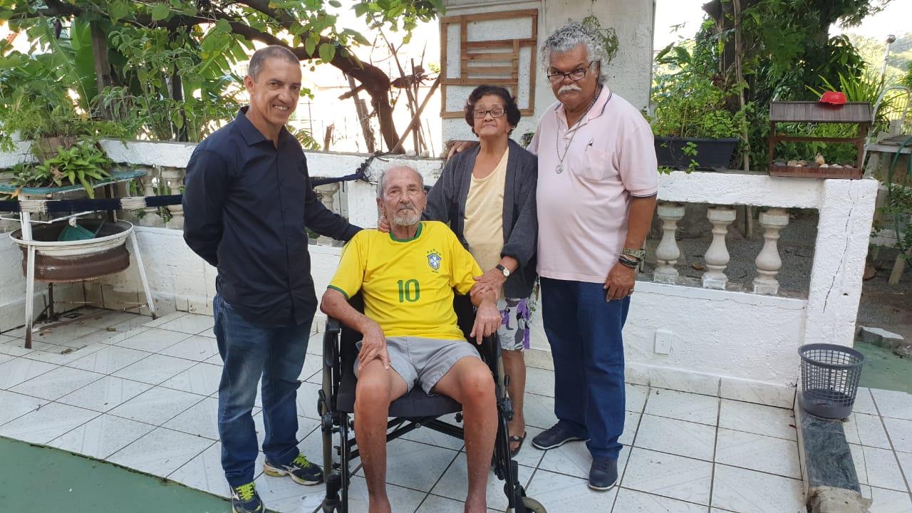 ASSES faz doação de cadeira de rodas a associado.